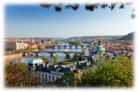 Une ville au bord de la rivière et aux neuf collines